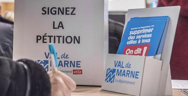 Plus de 50 000 Val-de-marnais disent non à la suppression des services publics départementaux (Photo : M. Lumbroso)
